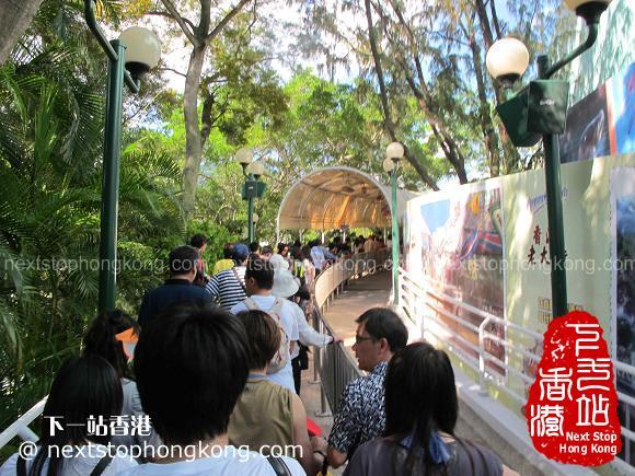 排队等待乘坐缆车的人(海滨乐园,海洋公园)