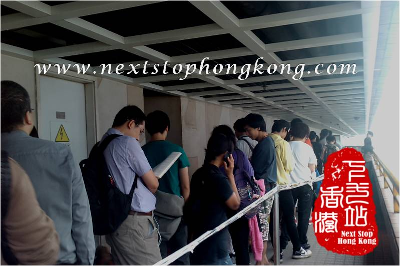 People Waiting for iPad 2