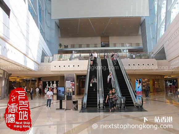 記住靠左行前往天際100香港觀景台入口
