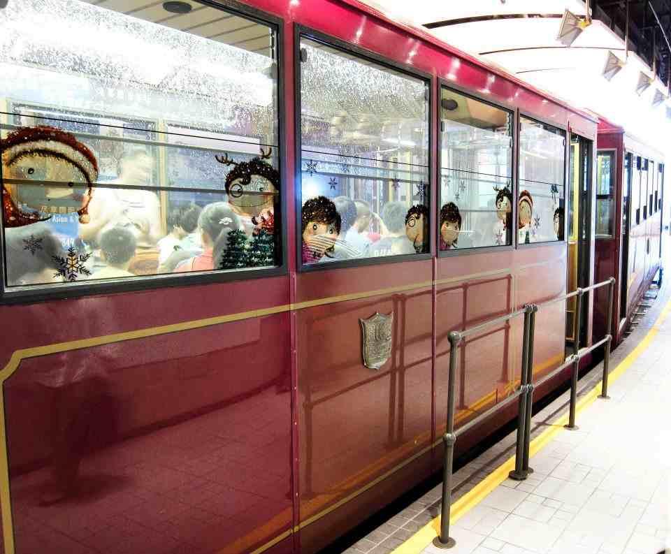 Oowa taking Peak tram