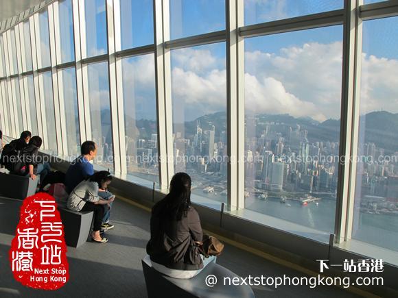 遊客在天際100香港觀景台上欣賞維多利亞港