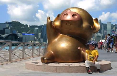 星光大道上可愛的麥兜銅像