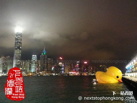 Rubber Duck (Florentijn Hofman) next to Harbour City in Hong Kong