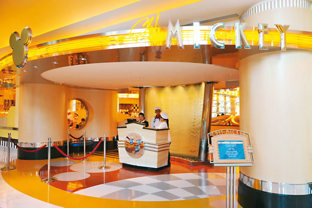 Chef Mickey Restaurant In Disney S Hollywood Hotel