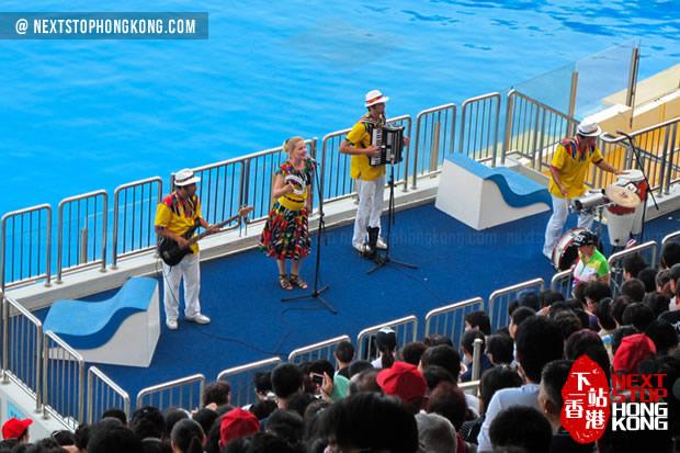 海豚表演前的歌舞节目 (高峰乐园,海洋公园)