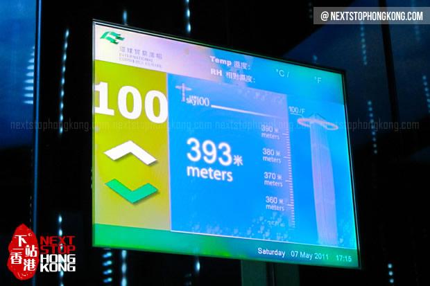 天際100香港觀景台電梯里的顯示屏